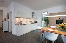 die offene küche mit dem angegliederten essbereich bietet