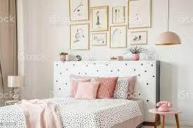 schöne weiße schlafzimmer interieur mit femininen dekor polka dot muster rosa zubehör und gerahmten skizzen galerie an der wand stockfoto und mehr