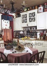 eßtisch in klein landhausküche stock bild u55290320