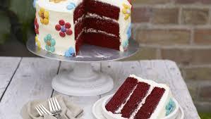dreilagiger schokoladenkuchen mit smartie blüten