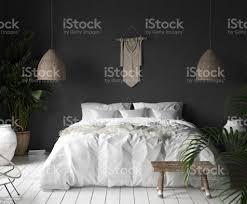 schlafzimmer innenraum mit schwarze wand boho stil dekor und weißen bett stockfoto und mehr bilder alt