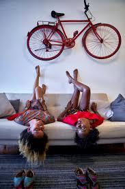 zwei frauen liegen entspannt auf dem sofa im wohnzimmer mit