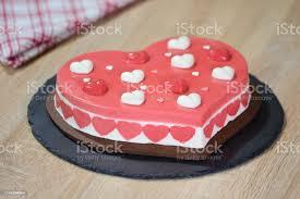 herzförmiger moussekuchen kuchen in form eines herzens auf einer schwarzen platte stockfoto und mehr bilder backen