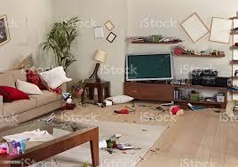 unordentliche wohnzimmer mit schäden stockfoto und mehr bilder beschädigt