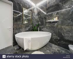 helle badezimmer in einem modernen stil mit strukturierten