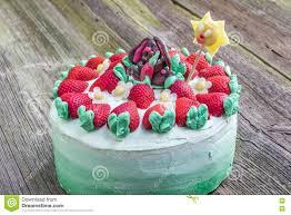 geburtstags kuchen für kinder mit erdbeeren und marzipan