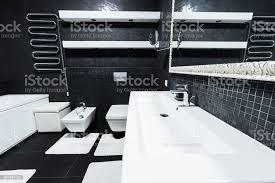 blick auf moderne badezimmer in weißen und schwarzen farben stockfoto und mehr bilder arrangieren