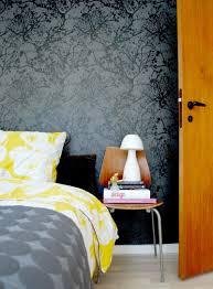 schlafzimmer gestalten mit einer schwarzen tapete s
