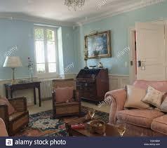 rosa sofa und englisch antike möbel in pastellblau