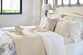 luxus schlafzimmereinrichtung mit dekorativem set mit