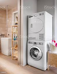 waschmaschine und trockner im badezimmer stockfoto und mehr bilder ausgedörrt