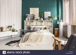 modernes schlafzimmer mit einem doppelbett weiß bücherregal