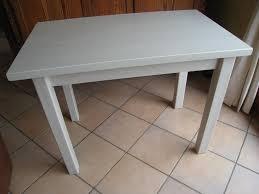 relooker une table de cuisine pas à pas pour relooker une table en pin vernie patines couleurs