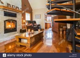 grau geschnittener kamin mit steinbeleuchtung im wohnzimmer