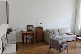 helles gemütliches wohnzimmer in berlin schöneberg
