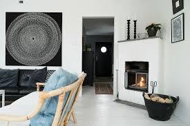 kamin in weißem wohnzimmer mit schwarzer bild kaufen