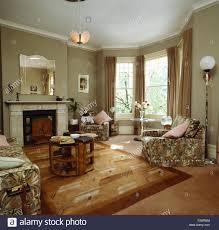 40er jahre style wohnzimmer mit gemusterten dreiteilige