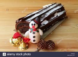 schokolade yule log kuchen oder buche de noel dekoriert mit
