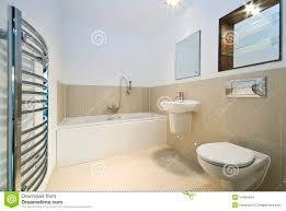 modernes badezimmer mit beige mit ziegeln gedeckten wänden