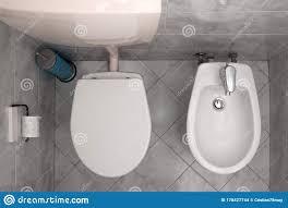 italienisch badezimmer mit einer toilette und einer