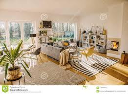 zwei teppiche auf dem boden in weißes scandi wohnzimmer