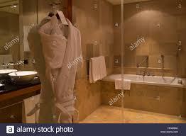 bademantel in einem badezimmer im park hyatt hamburg hotel