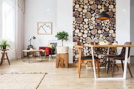 esstisch und rustikale braune stühle in einer modernen geräumigen wohnung mit holzakzenten