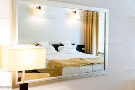 nahaufnahme zwei einzelbetten schlafzimmer spiegelt sich in den spiegel mit rahmen stockfoto und mehr bilder bett