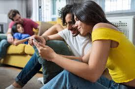 junges paar das sich einen digitalen tisch teilt während