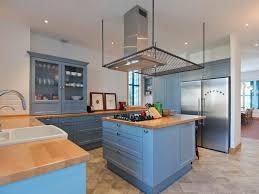 light wood countertop glass front cabinet blue shaker decoraci祿n