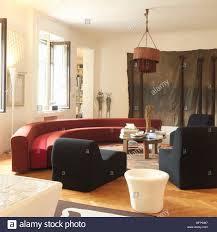 ein modernes wohnzimmer mit hoher decke holzboden eine