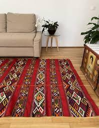 antiker handgewebter roter teppich in rumänien