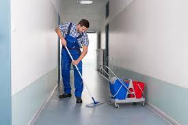 nettoyage bureau travailleur de sexe masculin avec le couloir de bureau de