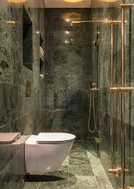 schmales badezimmer fliesen in marmoroptik duschbereich