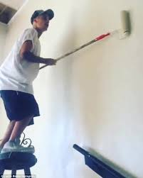 Serving His Time Justin Bieber Spent Afternoon Painting The Walls Of A Youth Gang