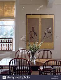 frische blumen auf dem tisch mit antike stühle in