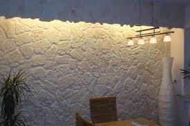 dekorsteinwand mit beleuchtung und eingebauten