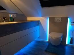 waschtisch nach maß ohne griffe in kleinem badezimmer mit