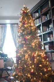 Poniendo el árbol de Navidad La casa de Mar
