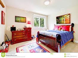 baby schlafzimmer mit hölzernen möbeln stockbild bild