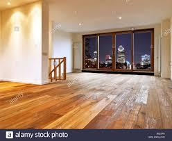 leer grosses wohnzimmer einrichtung mit holzfußboden und