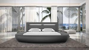 Chambre Avec Lit Rond Lit Rond Design Pour Lit Rond Varys En Cuir Avec Luminaire Intégré Aux Formes Douces Et