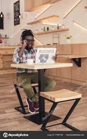 Une Femme Afro Américaine En Lisant Le Journal Afro Américain Parler Sur Smartphone Tout Lisant Journal Affaires