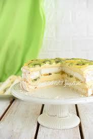 pavlova torte mit crème pâtissière und früchten