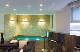 große galerie mit whirlpool im wohnzimmer