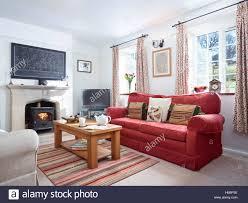 ein gemütliches wohnzimmer mit kamin einen holzofen in