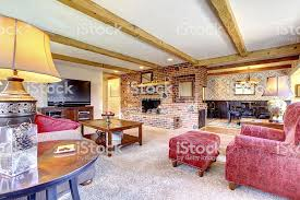 wohnzimmer innenraum mit gemauerte kamin holz balken und rot stockfoto und mehr bilder architektur
