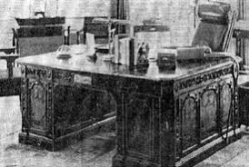 Resolute Desk Replica Plans by What Type Of Desk Does The President Of The United States Use