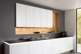 grifflose weiße einbauküche mit regalen nolte kuechen