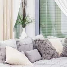 weiße bequeme mit kissen in lounge